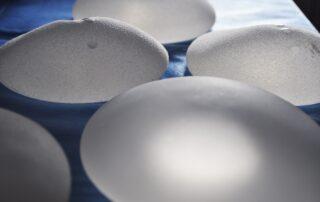 Para garantir o sucesso do implante, é preciso saber quais os tipos e opções de prótese de silicone disponíveis, e qual a melhor para você.